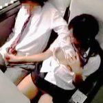 【盗撮】修学旅行中のバス車内でお互いの陰部を弄り倒してる退学覚悟のクラスの男女♪