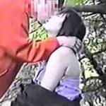 【盗撮】自然豊かな公園の片隅で周囲を気にしながら青姦にトライしようとしてるカップルたち♪