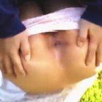 【盗撮】白昼の緑地公園で一人佇む女の子が強制的にアナルを晒されて赤面逃亡してますた♪