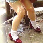 【盗撮】ド派手にお漏らしして通り掛かった女性にティッシュを恵んでもらってる赤っ恥女子♪