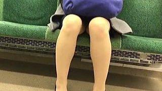 【盗撮】ギリギリなのに見えた時の興奮が尋常じゃない電車内やバス車内でのパンチラ女子たち♪