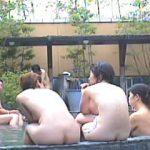 【盗撮】日本のワビサビが溢れてる雰囲気バツグンの露天風呂で全裸を撮られてる淑女たち♪