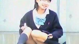 【盗撮】アイドル級の超美少女JKが地べたに座って眩しすぎる純白パンチラ晒してますた♪