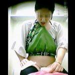 【盗撮】公衆トイレにやってきた生理女子たちのダイナミックな放尿シーンを隠し撮り♪