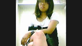 【盗撮】独自の進化を辿って独特の放尿スタイルを魅せる女子トイレのオシッコ女子たち♪