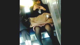 【盗撮】電車内ではスマホ向けてもパンチラターゲットに不審がられずに隠し撮りが堪能できる件♪
