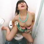【盗撮】公衆トイレなのに生々しい息遣いで延々と淫らなオナニーしてるキャミソールギャル♪