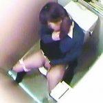 【盗撮】女子校生のトイレを隠し撮りしてたらオシッコシーンのオマケでオナニーも拝めますた♪