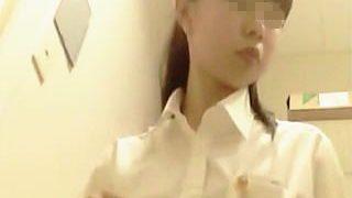 【盗撮動画】便座にトイレットペーパー敷き詰めて用を足す綺麗好きなガチ制服女子校生のトイレ模様♪