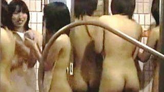 【盗撮動画】サークルJDたちが合宿してる宿舎の女風呂の周囲には覗き屋が大量にスタンバってる件♪