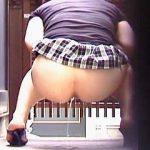 【盗撮】普通にパンツが見えそうな超ミニスカでドスケベそうな女子たちが野ション晒してますた♪