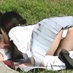 【盗撮】公園でピクニックフェラしてた制服女子校生が彼氏のザーメンを大地に放出してますた♪