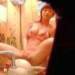 【盗撮】海水浴客で賑わってるビーチのトイレでオシッコついでの本格的なオナニーしてるビキニ女子♪