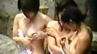 【盗撮動画】岩に囲まれた温泉露天風呂でお互いの裸をチェックしながら入浴してる全裸女子たち♪