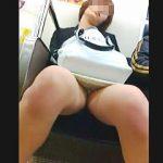【盗撮】酔いが回って電車内で居眠りしてる女子の▼ゾーンを狙い撮りする終電専門の撮り師♪