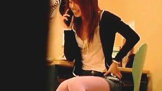 【盗撮】彼氏との電話中に尿意を我慢してたらオナニーしてると勘違いされてるお漏らし女子大生♪