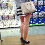 【盗撮】ホムセンで見かけた男たちの視線をグッと吸い寄せるムチムチ美脚な女子を接近逆さ撮り♪