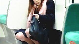 【盗撮】パンチラターゲットにしようとした女子が電車内で驚きの大量放尿してますた♪