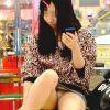 【盗撮】ゲーセンのイスに一人で座って無垢なパンチラを撒き散らしてるお菓子系の女の子♪