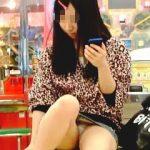 【盗撮動画】ゲーセンのイスに一人で座って無垢なパンチラを撒き散らしてるお菓子系の女の子♪