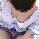 【盗撮】爽やかな日和に公園でベンチデートしてる女子が胸チラどころかパンチラまでしておった♪