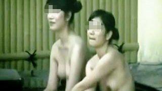 【盗撮】健康ランドの女湯脱衣所は女で外風呂は男が連係プレイで隠し撮りしてる盗撮カップル♪
