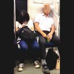 【盗撮動画】犯行の決定的瞬間!電車内で隣に座ってる女子に体液ふり掛けてる変態白髪ハゲオヤジ♪