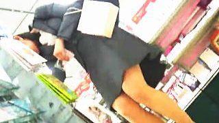 【盗撮】レンタルショップで入社一年目の美脚なOLのパンチラを隠し撮りする他部署の平社員♪