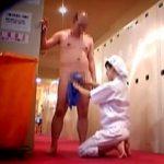 【盗撮】お客に口説かれてもマネージャーに迫られても神対応するお人好しなサウナの掃除婦さん♪