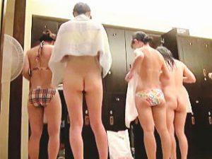 【盗撮】スーパー銭湯の女湯脱衣所を主戦場に女子利用客たちの裸風景を撮りまくる女盗撮師♪