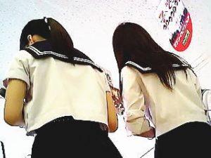 【盗撮】学校近くのコンビニで道草してる制服女子校生たちのパンチラを恐る恐る撮ってるビビリ♪