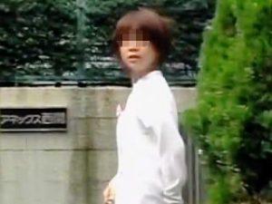 【盗撮】休憩時間に外出したらスカメクでエッチなパンティー晒された白衣姿の可愛らしいナースさん♪