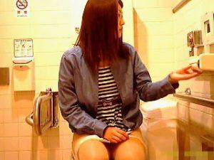 【盗撮】女子のオシッコが出るシーンよりもトイレでの仕草にゾクゾク感を覚えるWCマニア♪