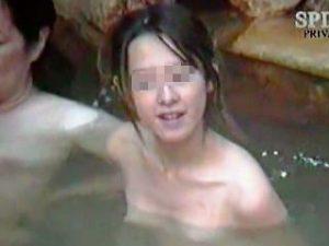 【盗撮】お母さんと湯治場の岩風呂に浸かってる今はまだスレンダーなギャルを記念撮影しますた♪