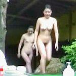 【盗撮動画】80%以上はノータオルノーガードで能天気に入浴してる女子が多い覗き屋必見の露天風呂♪