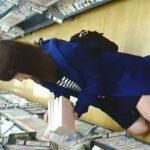 【盗撮】大型レンタルショップでコミックを物色中の女子に色々工夫を凝らして粘着撮りした結果♪
