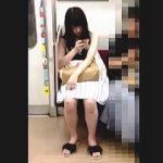 【盗撮】電車の対面にいた女子を追跡して逆さ撮りしたら尻肉がパンパンに詰まった絶景が拝めますた♪