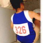 【盗撮】体育会系部活女子校生のオシッコシーンを隣室から狙い撮ってる文科系部活女子校生♪