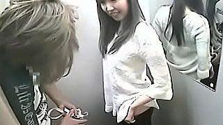 【盗撮】ショップの試着室でオーバーサイズのジーンズが店員さんの前でズリ落ちちゃったハプニング女子♪
