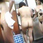 【盗撮】スーパー銭湯の脱衣所で男たちの股間を一瞬で硬直させる裸体を盗み撮られた全裸女子たち♪