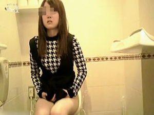【盗撮】デパートの女子トイレでちょっぴり落ち着かない感じでオシッコしてる女の子♪