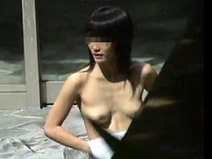 【盗撮】露天風呂で最初はタオルガードしてたのに慣れたら全裸でアクティブに行動してる黒髪女子♪