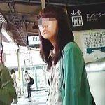 【盗撮動画】一度ロックオンした女子は二日続けて逆さ撮りして時には電車内まで追跡する粘着質の撮り師♪