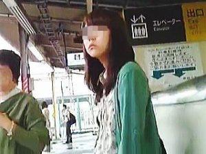 【盗撮】一度ロックオンした女子は二日続けて逆さ撮りして時には電車内まで追跡する粘着質の撮り師♪