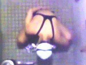 【盗撮】市民プールの女子トイレでオシッコ姿を撮られたワンピ水着の女の子と競泳水着の女子♪