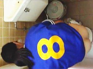 【盗撮】学校のトイレに潜入してJKたちのオシッコを狙うもなかなか個室にやってこなかって件♪
