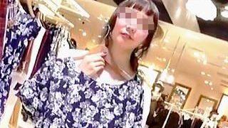 【盗撮】前髪のアレンジが特徴的なショップ店員さんのグイグイ迫る美白パンティーを逆さ撮り♪