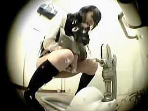 【盗撮】トイレで友達の長話に付き合ったせいでお漏らししちゃってる気の小さい女子校生♪