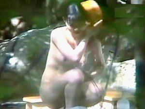 【盗撮】大自然の中にあり過ぎて覗かれることに無頓着になってるノーガードの露天風呂風景♪