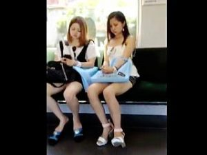 【盗撮】クーラーの効いた真夏の電車内にはパンチラ晒して涼んでるギャルが必ず存在する件♪